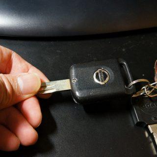 車のリモコンキーの電池を交換すると反応が良すぎてビビッたぞ