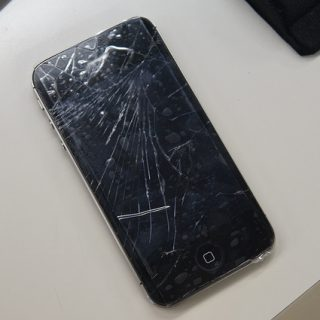 iPhone4Sのフロントガラスが粉々になった時の対処方法