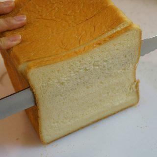 パンを切るのがこんなに楽しいなんて!!切れ味良すぎる「タダフサのパン切り包丁」がスゴすぎるぞ!