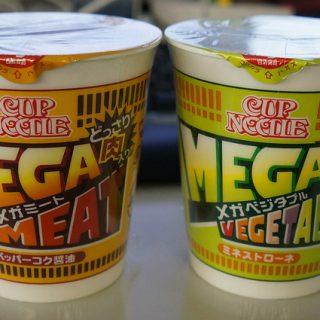 新発売のカップヌードルメガミートとメガベジタブルを同時に食ったぞ!