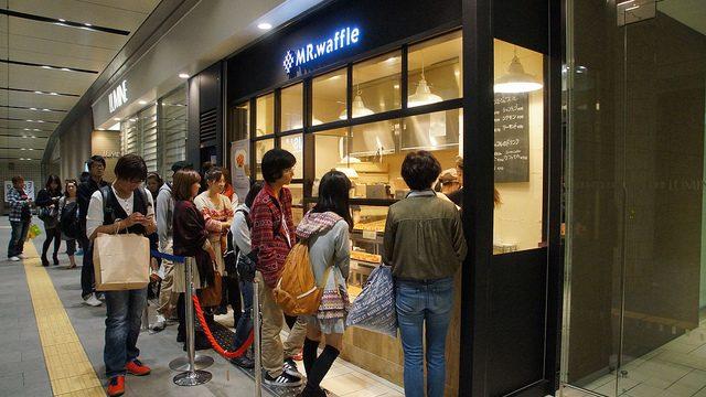 行列の出来るワッフル屋、横浜駅にある「MR.waffle」の焼きたてワッフルがクロワッサンのようにフッワフワで旨かったぞ!!