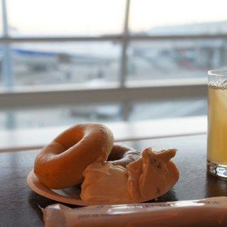 羽田空港にある、ゴールドカードで入れるエアポートラウンジで優雅にベーグルを無料で食べてきたぞ!