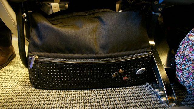 ひらくPCバッグこそ、最高の飛行機内持ち込み用バッグだったぞ!