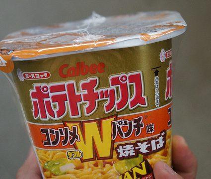 Calbeeポテトチップス コンソメWパンチ味の焼きそばJANJANがコンビニ限定で発売されていたので食ってみたぞ!