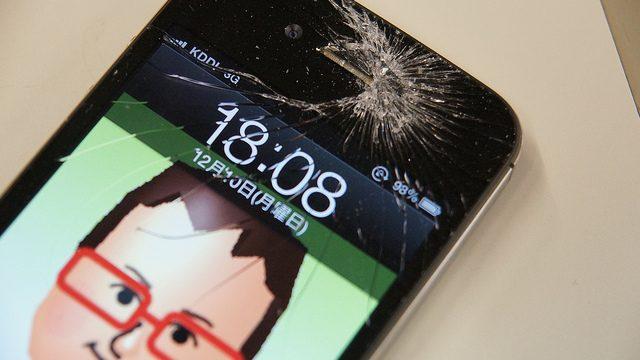 やっちまった!iPhoneの液晶パネルがバリバリに割れてしまったぞ…!