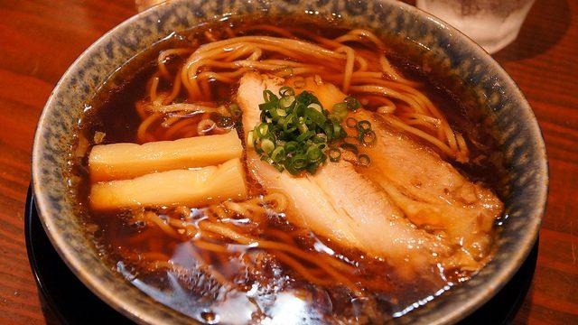 これが無化調「古式醤油ラーメン」!東横線大倉山駅「鶴亀」のラーメンがシンプルだけど濃厚でめちゃ旨だったぞ!