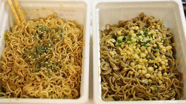 ペヤング「和風焼き蕎麦」を通常版ペヤング「ソースやきそば」とを同時に食べ比べしてみたぞ!