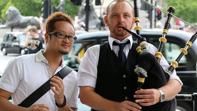 【ロンドン観光】バグパイプを吹く英国紳士と一緒に写真を撮ってきたぞ!
