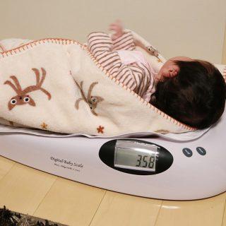 新生児用の体重計「ベビースケール TH996」で子供の成長や母乳の量が分かるのでオススメだぞ!