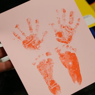 【出産前から準備しろ!】失敗してもやり直せて赤ちゃんの手足を汚さず手形足形がとれる!「おたんじょうきろく」を購入したぞ!