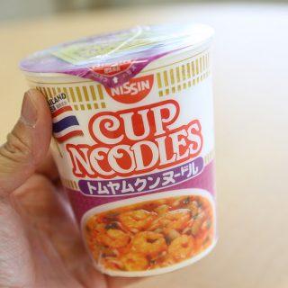 【人気すぎて発売休止!】カップヌードルトムヤムクンは酸味とスパイシーさとココナッツの甘みで、タイに行った気分が味わえるぞ!