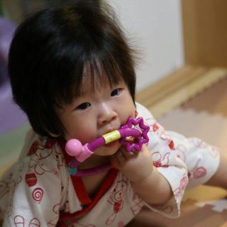 7ヶ月の我が子のおもちゃに「今度は両手でなめたりかんだり」の2個目を購入したぞ!