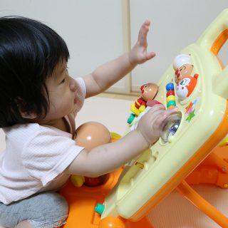 つかまり立ちを始めたので知育玩具を兼ねて「よくばりすくすくウォーカー」を買ってみたぞ!