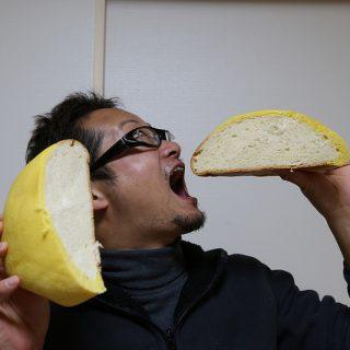 めちゃデカいメロンパンwww通常の6倍の大きさのジャンボメロンパンがすごいぞ!