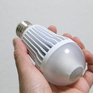 【子育て世代に超絶オススメ!】センサー付きLED電球に変えるだけ!玄関の照明が省エネ&便利になるぞ!