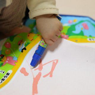 水で描くから汚れない!子どもの最初のお絵描き用に「スイスイおえかき」が良いぞ!