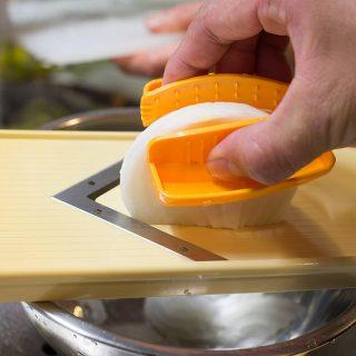 調理中のスライサーから指を守る!野菜を挟む安全ホルダーでもう怪我しないぞっ!