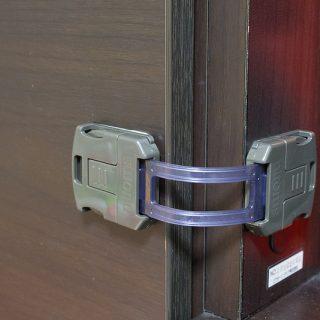 子どものいたずら防止に!ダーク系の扉の開閉ロックには「はがせる多目的ストッパー」が良い感じだぞ!
