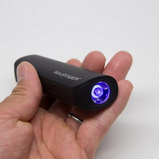 使うと楽しいUVライト付きモバイルバッテリー!照らすと汚れが見えてくるぞ!