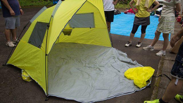3980円で買えるワンタッチテントが10秒で設置出来て公園やビーチで役立つぞ!