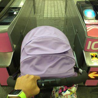 アップリカのベビーカー「ラクーナ2015」は電車の改札も通れるし座席シートにもスッポリだぞ!