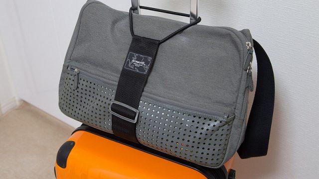 こんなのあったの!?→スーツケースにバッグを固定できる専用ベルトがめっちゃ便利だぞ!