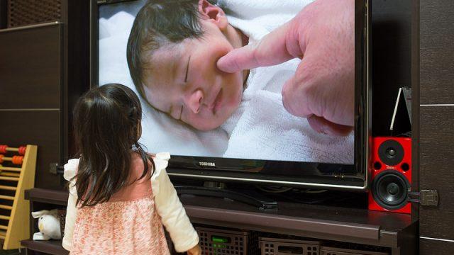 子どもの誕生日に!子どもと一緒に産まれた時のムービーを見るのがオススメだぞ!