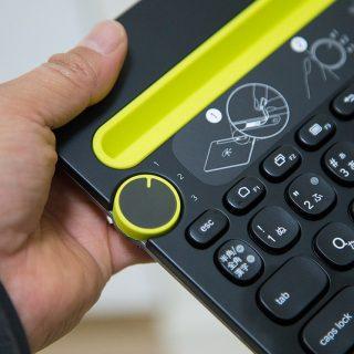 スイッチ1つで接続先をカンタンに切り替えられるBluetoothキーボードが良い感じだぞ!