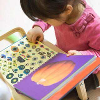 子どもと一緒に、シールを貼って完成させる絵本!「かおノート」が面白いぞ!