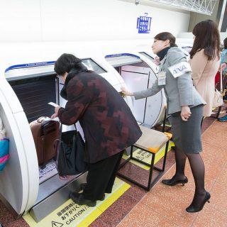 空港の手荷物を無人カウンターで預けられる!羽田空港が機械化しててビビったぞ!