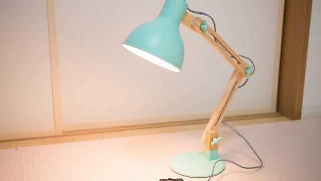 【ピクサー風】木材を使った可愛くオシャレなデスクライトが良いぞ!