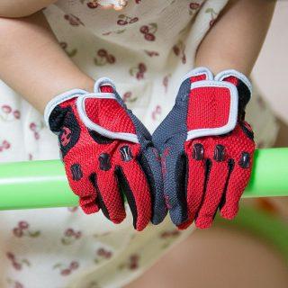 2歳でストライダーに乗るならこの手袋!子供用の本格サイクルグローブが良いぞ!
