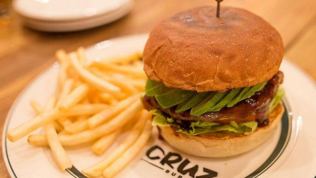 クラフトビールと絶品ハンバーガーの組み合わせが最強に旨い!「CRUZ BURGERS (クルズバーガーズ)」がメチャウマだぞ!