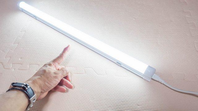 2000円で照明追加!コンセントに挿すだけのLED蛍光灯が気軽に照明を増設できて良いぞ!