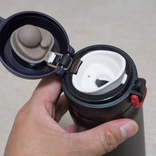 運動時や仕事中に使えるサーモスのワンタッチオープン式の水筒マグが軽量で使い勝手が良いぞ!