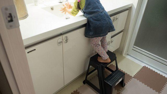 子どもが2~3歳になったら!自分で手を洗えるように踏み台「ステップラダー」が良いぞ!