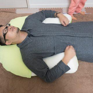 抱き枕じゃなくて抱かれ枕!?首や肩の負担を軽減する、U字の枕「アーチピローFUN」が気持ち良いぞ!