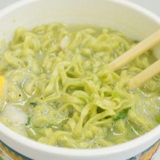 麺もスープも緑色の「カップヌードル抹茶シーフード味」美味しいんだけれど…ちょっと物足りないぞ!
