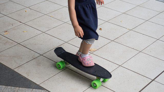 大人でもちょっとした移動手段に!ミニスケートボードが便利らしいので買ってみたぞ!