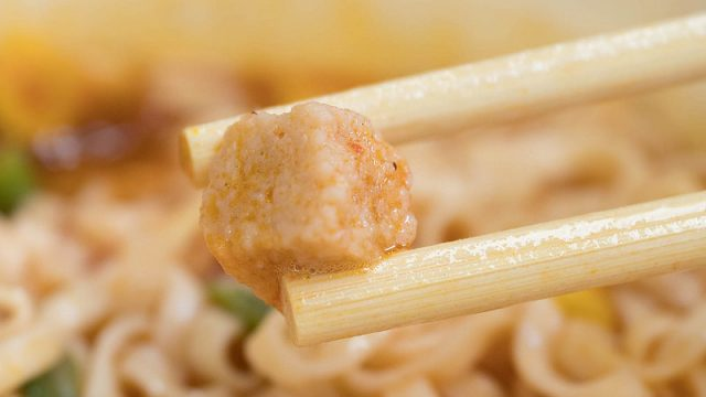 【新商品】カップヌードル チリトマトヌードルが具材一新!白い謎肉入りを食べてみたぞ!