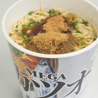 エースコックの「MEGAカツオ 荒ぶる中華そば」は飲み会後に食べたくなる味で美味しいぞ!