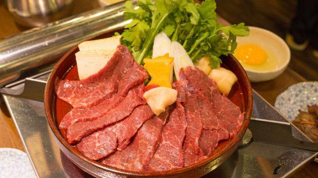 『新宿名店横丁』で格安で旨い馬肉が食える大衆馬肉酒場「三村」で是非とも馬のすき焼きを食べてほしいぞ! #新宿名店横丁