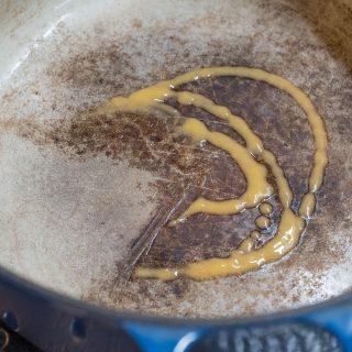 ル・クルーゼの鍋の汚れ落としに!専用クリーナーで洗うと汚れがスルリと落ちて復活するぞ!