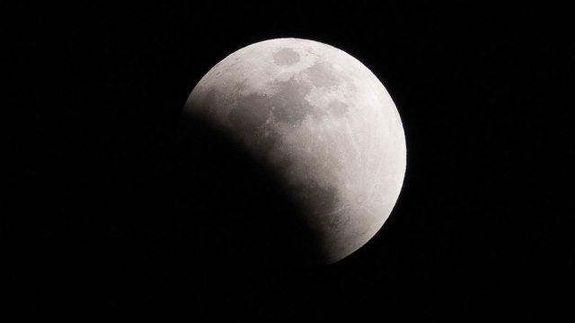 【皆既月食】スーパーブルーブラッドムーンで月が欠けて赤くなったぞ! #皆既月食