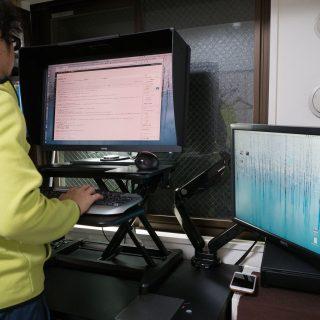 1万円台で買えるミニスタンディングデスクがmakuakeで募集開始!キーボードが小さい人やノートパソコンユーザーには最適だぞ!