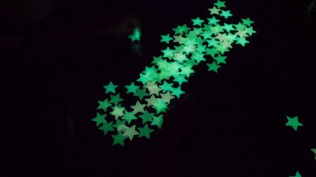 夜、なかなか寝室に行かない子どもへ!蓄光の星をかざると良いぞ!