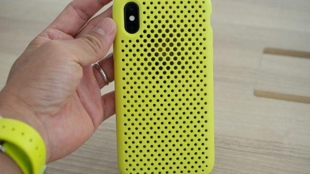メッシュ状の穴がおしゃれな「AndMesh」のiPhoneケースは、手触りや質感が良いぞ!