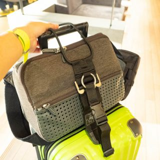 スーツケースにバッグを載せるなら!「バッグ&洋服とめるベルト」が超絶便利だぞ!