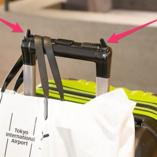スーツケースにビニール袋やお土産を引っ掛けられる「Easy Hang キャリーハンガー」が便利だぞ!
