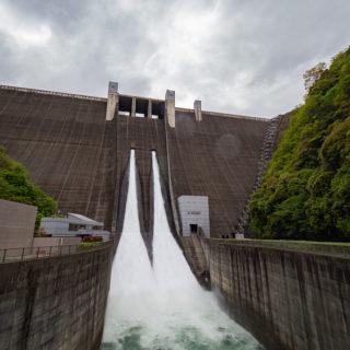 年間100万人が訪れる!神奈川の水源「宮ケ瀬ダム」の観光放流が大迫力だったぞ!